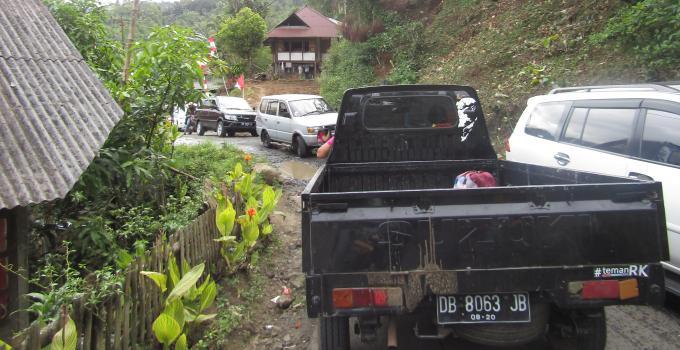Kerusakan di salah-satu titik ruas Suluan bertahun-tahun menjadi penyebab macet parah