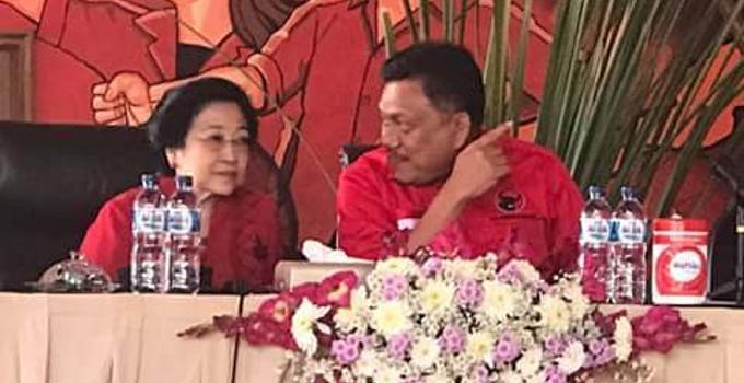 Megawati dan Olly Dondokambey berbincang serius