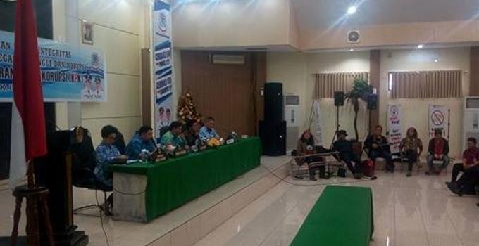 Pakta Integritas KPK dan Pemkot Manado meja pimpinan
