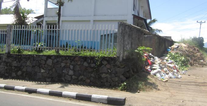 Sampah samping sekolah di jalan Teling Tingkulu