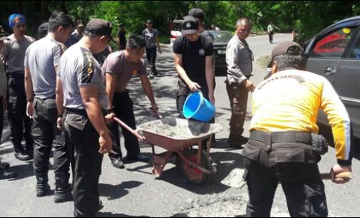 Polres Tambal Lobang di Ruas Jalan Manado-Tomohon