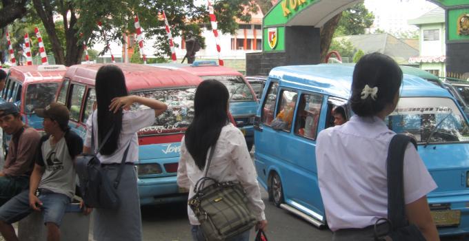 Jalan Sam Ratulangi depan KFC Siloam Hospitals menjadi terminal bayangan angkot semakin memperparah kemacetan lalulintas