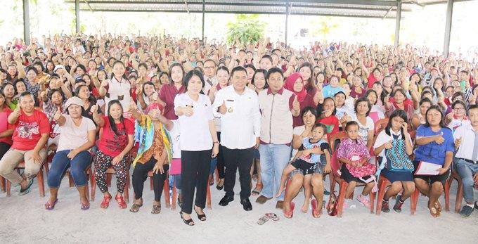 foto bersama bupati james sumendap dengan penerima PKH