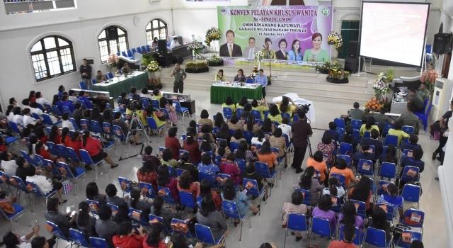Mayjen TNI Ganip Warsito saat membawakan materi di Konven Pelayan Khusus Wanita se-Sinode GMIM di Kinamang
