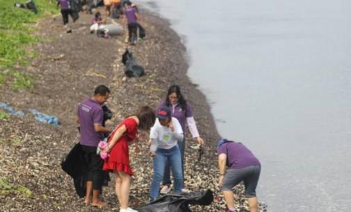 Wow! Turis Cina Ikut Beach Cleaning Mercure