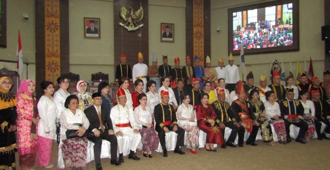 Foto bersama Gubernur, Wakil Gubernur, Ketua Dewan dan seluruh anggota DPRD Sulut