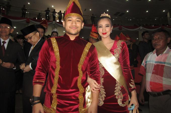 Anggota DPRD Sulut, Dicky Marvel Makagansa bersama isteri