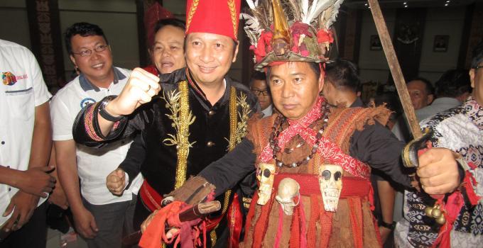 Bupati Mitra James Sumendap yang menjadi pusat perhatian bersama Wakil Bupati Minahasa Ivan Sarundajang
