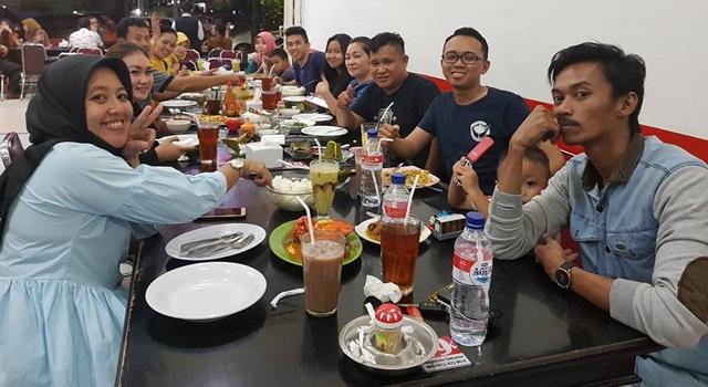 Denal Bataria (ketiga dari kanan) bersama kerabat di Makassar