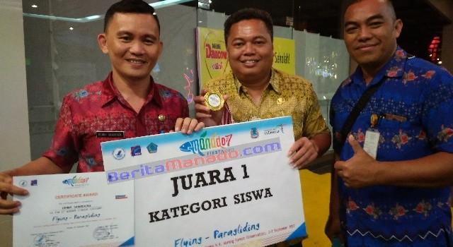 Denny Tamaka menerima ucapan selamat dari pimpinannya, Johnly Tamaka SE (tengah)