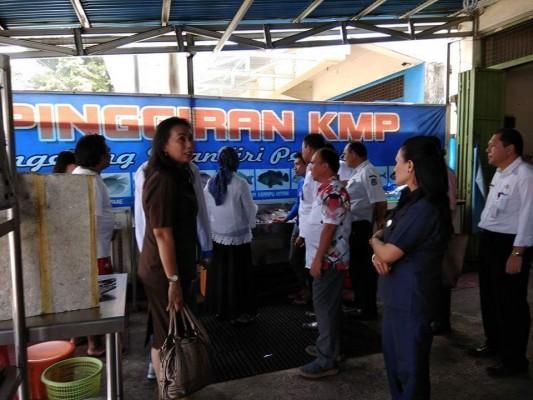 Anggota Komisi D DPRD Manado bersama Dinkes, BPOM saat turlap di rumah makan.