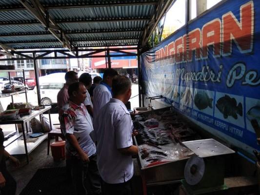 Anggota Komisi D DPRD Kota Manado bersama Dinkes, BPOM memeriksa kwalitas ikan