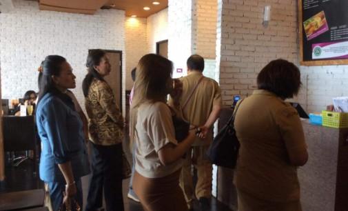 Saat Sidak Komisi D DPRD Manado Temukan Produk Kadaluarsa di Restoran Solaria