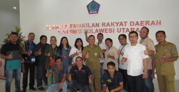 Gedung DPRD Sulut foto bersama