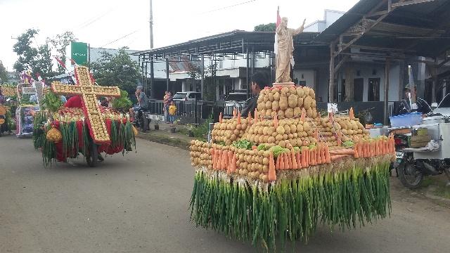 Patung Miniatur Tuhan Yesus Memberkati Dalam Modoinding Potato Festival