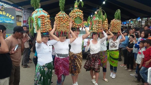 Sejumlah Ibu-Ibu Yang Membawa Replika Lonceng di Modoinding Potato Festival