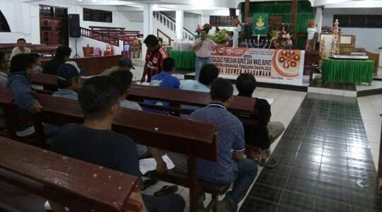 Ketua KPU Mitra Ascke Benu saat sosialisasi Pilkada dengan segmen agama di GMIM DamebTosuraya