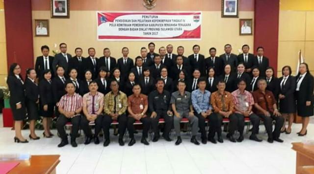 Foto bersama Asisten I Gotlieb Mamahit, Kepala BKPSDam Berty Sandag dan peserta Diklat PIM IV
