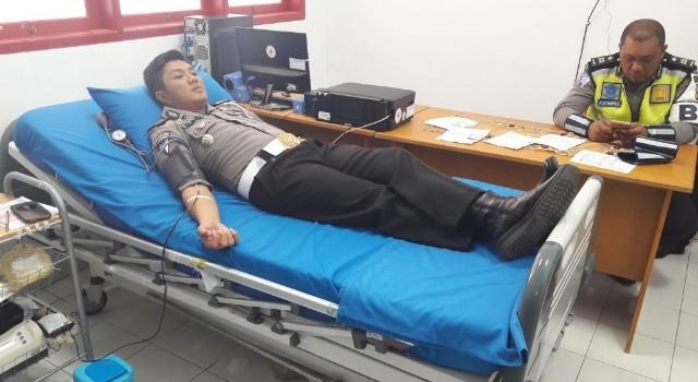 Teladan ditunjukan Kasat Lantas Polres Minut AKP Andrew Kilapong, dengan mendonorkan darah.