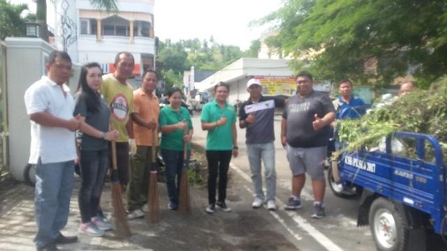 DLH Minsel, Kelurahan Uwuran Satu dan Sopir Basis Amurang Tumpaan Saat Membersihkan Pusat Kota Amurang