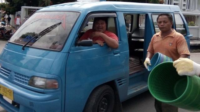 Pembagian Tempat Sampah ke Sopir Angkot
