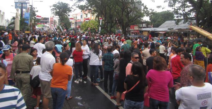 Masyarakat membludak menyaksikan Karnaval Manado Fiesta