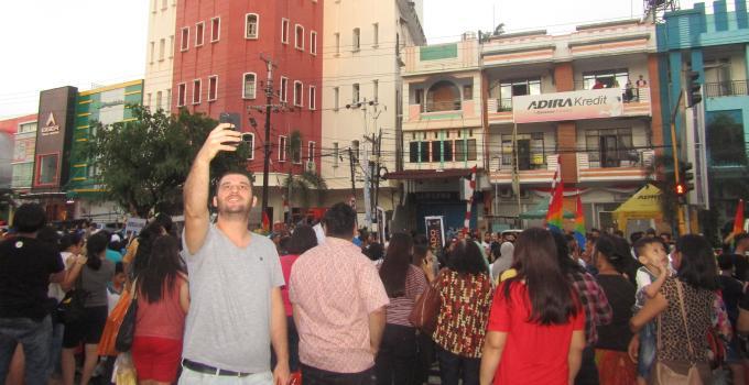 Wisatawan asing selfie