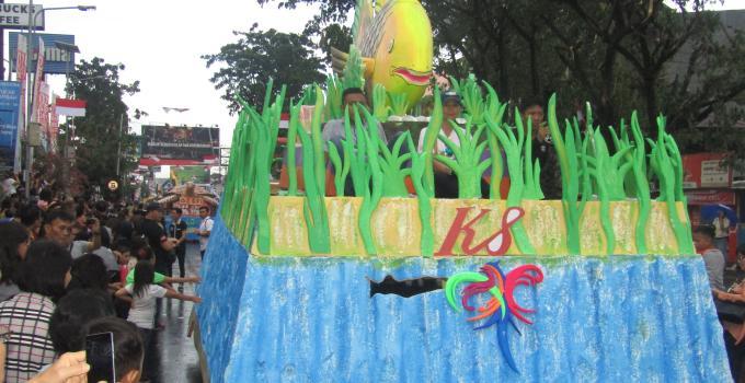 Rumah Kopi K.8 ikut serta di karnaval mobil hias Manado Fiesta 2017, mulai dari Boulevard II dan selesai di GodBless Park Boulevard I