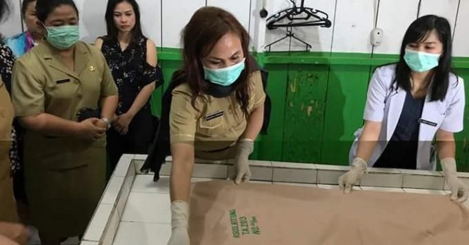 Khouni ketika mengurus jenasah bayi yang ditemukan di tempat sampah