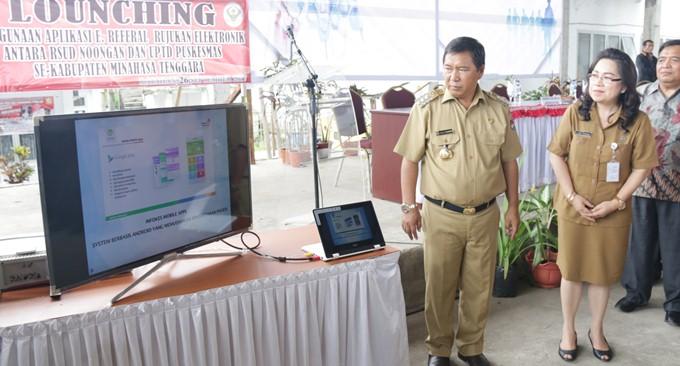Bupati James Sumendap SH didampingi Kadis Kesehatan Dr Rinny Tamuntuan melakukan Launching Sistem Aplikasi Rujukan Berbasis Elektronik di Mitra