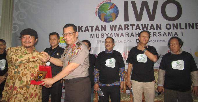 Pertukaran cenderamata Brigjen Yanfintri dan Ketua Umum DPP IWO Jodhi Yudono
