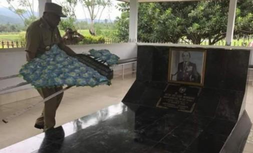 OLLY DONDOKAMBEY Ziarah di Makam Mayjen (Purn) HEIN VICTOR WORANG