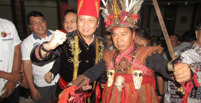 Paripurna HUT Sulut James Sumendap Ivan Sarundajang, baju adat, pakaian adat busana daerah
