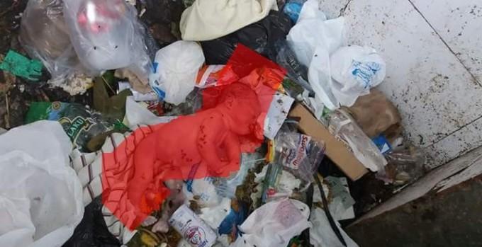 Sosok bayi laki-laki di tempat sampah