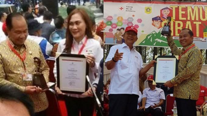 Walikota ketika menerima penghargaan Pembina SIBAT bersama Ketua PMI Kota Bitung