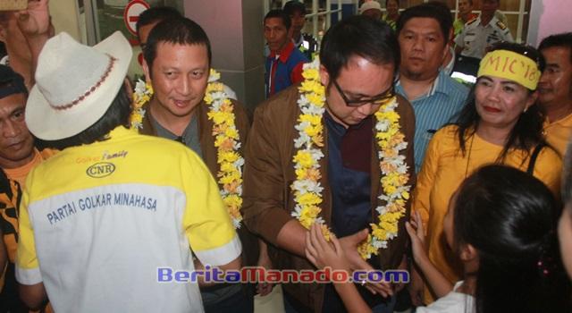 Ivan Sarundajang dan Careig Naichel Runtu saat menerima pengalungan bunga