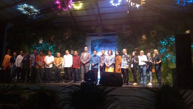 Wawali Kota Manado Mor Dominus Bastiaan foto bersama dengan Seluruh Ketua ASITA di Indonesia, dan Jajaran tamu undangan.