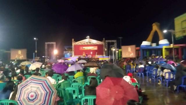 Walau hujan masyarakat tetap antusias mendengarkan khotbah dari Pdt. DR Stephen Tong, di taman berkat Manado.