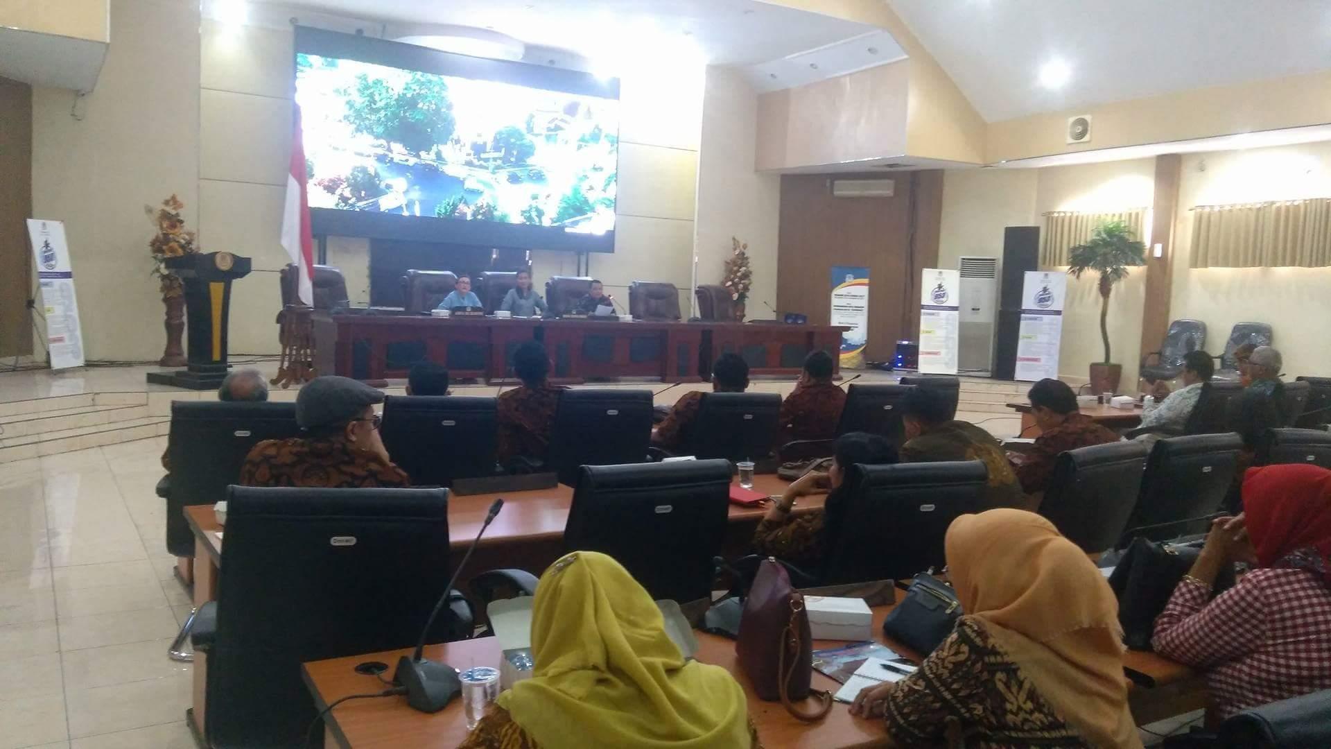 Legislator Manado memaparkan program Pemkot Manado kepada peserta kunker dari DPRD Surakarta.