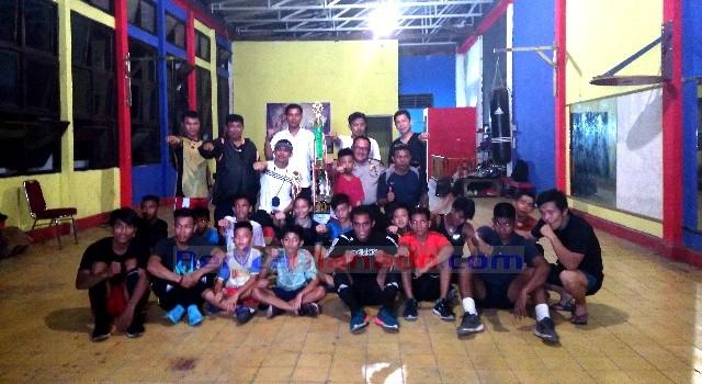 Kombes Pol Hisar Siallagan bersama para pelatih dan atlet tinju SBC