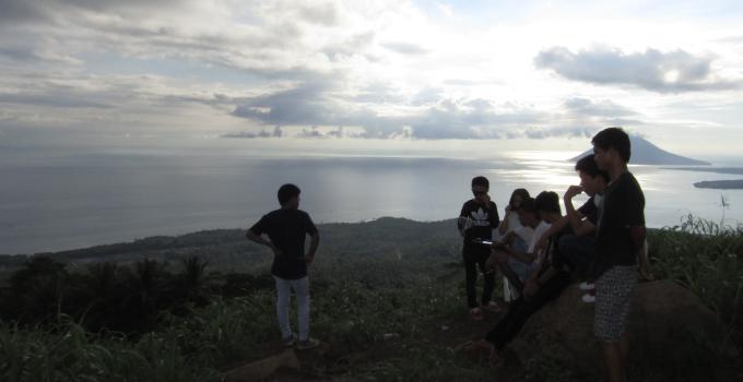 Melihat pemandangan dari Gunung Tumpa