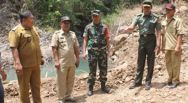 Tim Wasev Pati Staf Khusus Kasad Brigjen TNI Crisna Pujangga (kedua dari kanan) memantau langsung perkembangan program TMMD ke-100 di Desa Makalisung.