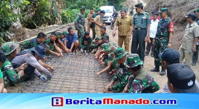 Brigjen TNI Chrisna Pujangga melihat langsung aktifitas Satgas TMMD dan masyarakat, manunggal membangun desa.