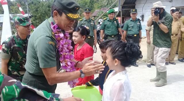 Brigjen TNI Chrisna Pujangga tiba di Makalisung dan disambut siswa.