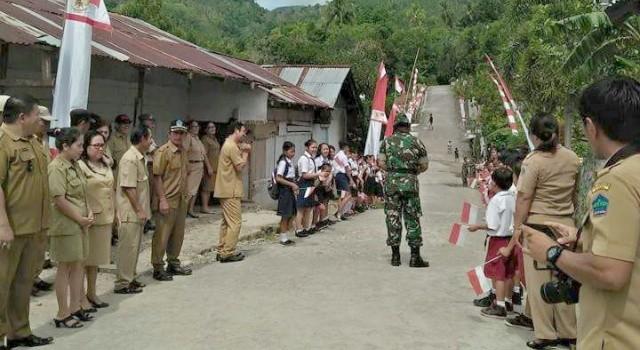 Pemerintah dan masyarakat Desa Makalisung berbaris rapi menyambut kedatangan Tim Wasev Mabes TNI.