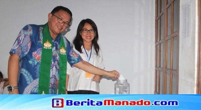Wabup Joppi Lengkong didampingi istri tercinta Jeivi Wijaya memberi hak suara dalam Pilpelsus 2017.