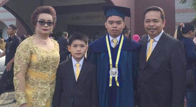 Denny Wowiling bersama keluarga.
