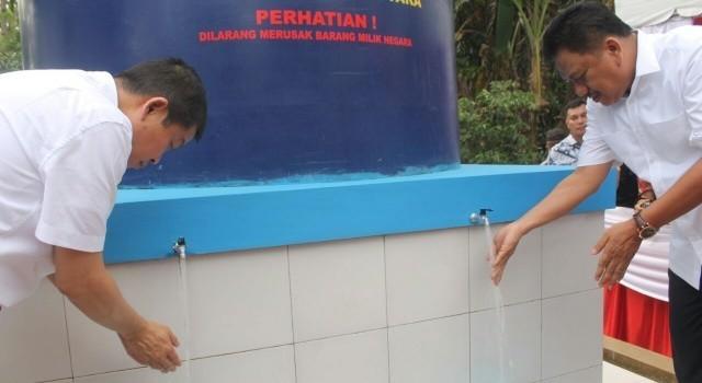 Menteri ESDM Ignasius Jonan dan Gubernur Olly Dondokambey mencuci tangan dan minum air sumur.