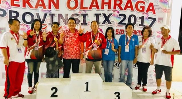 Agustivo Tumundo (keempat dari kiri) bersama para perai medali