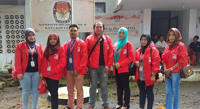 Farly Datau (tengah) bersama Pengurus DPD PSI Kotamobagu usai mendaftar di KPU
